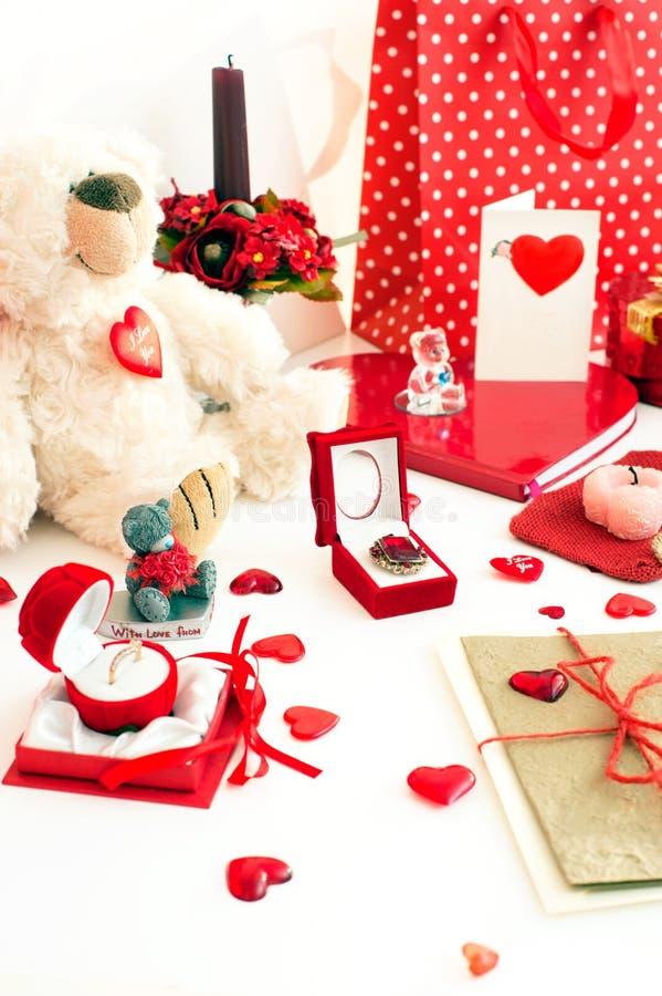 Wiele walentynki ` s dnia świąteczni prezenty i zaskakują w bałaganie zdjęcie royalty free