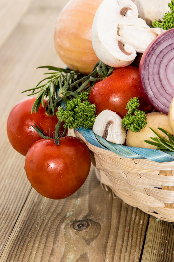 Wiele warzywa w koszu obrazy royalty free