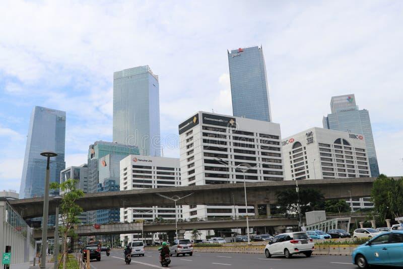 Wiele wieżowowie z Jend Sudirman drogą przy środkowym Dżakarta miastem fotografia stock