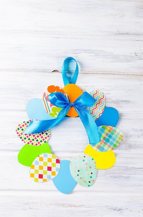 Wiele Wielkanocni papierowi jajka w postaci wianku obraz royalty free