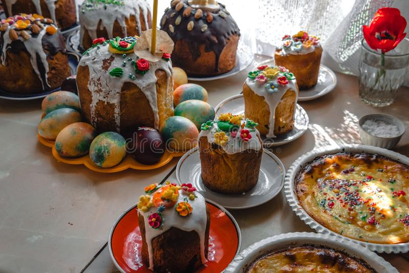 Wiele Wielkanocni tortowi i maluj?cy jajka na drewnianym stole ?wi?teczny sk?ad w wie?niaka stylu, wiosna Mieszkanie nieatutowy,  zdjęcie stock