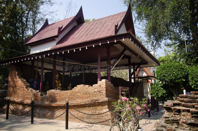 Wiele złote koloru Buddha wizerunku statuy w ubosot przy Wata Pho Kao toną w uderzenia Rachan wiosce przy Śpiewam Buri, Tajlandia obrazy royalty free