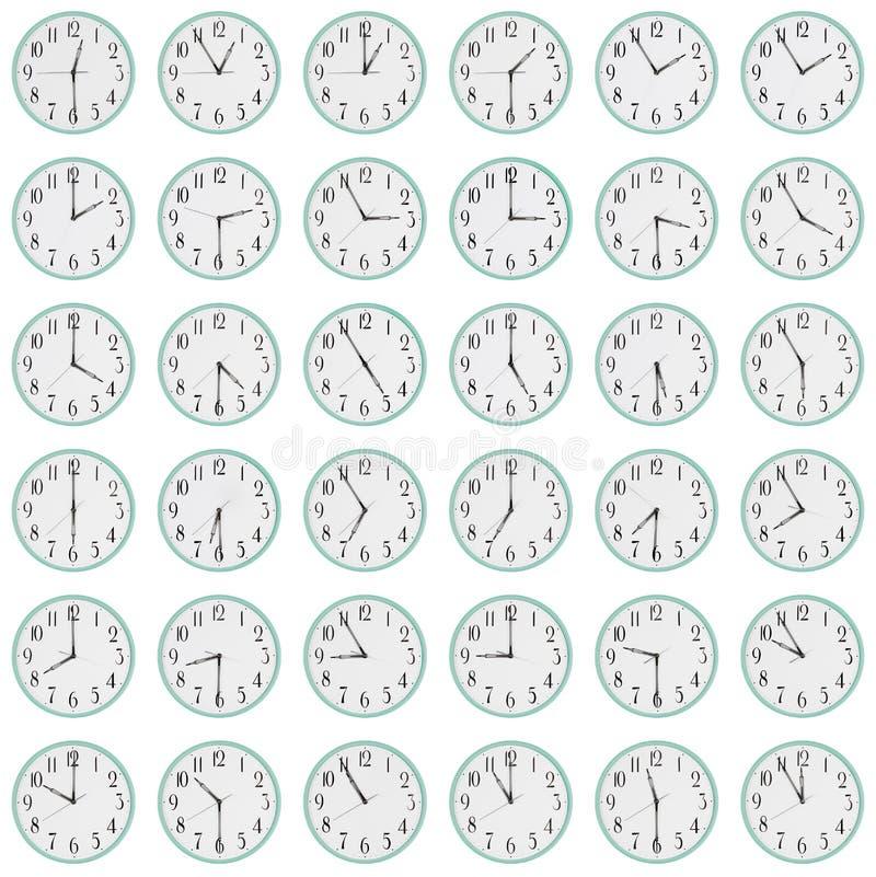 Wiele zegary pokazują różnego czas na tarczach zdjęcie stock