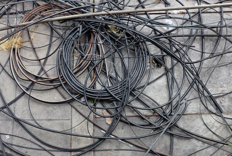 Wiele zmieszani elektryczni druty na ziemi obrazy stock
