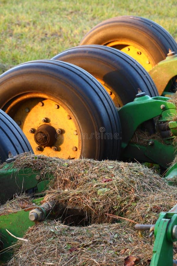 Wielen op landbouwbedrijfapparatuur. stock foto's