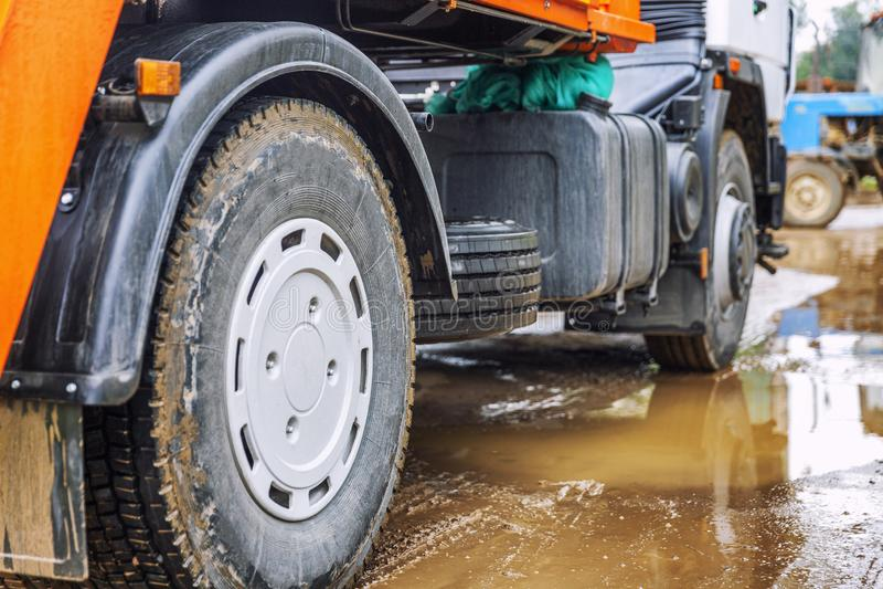 Wielen van een grote vrachtwagen in een moddervulklei Close-up stock afbeeldingen