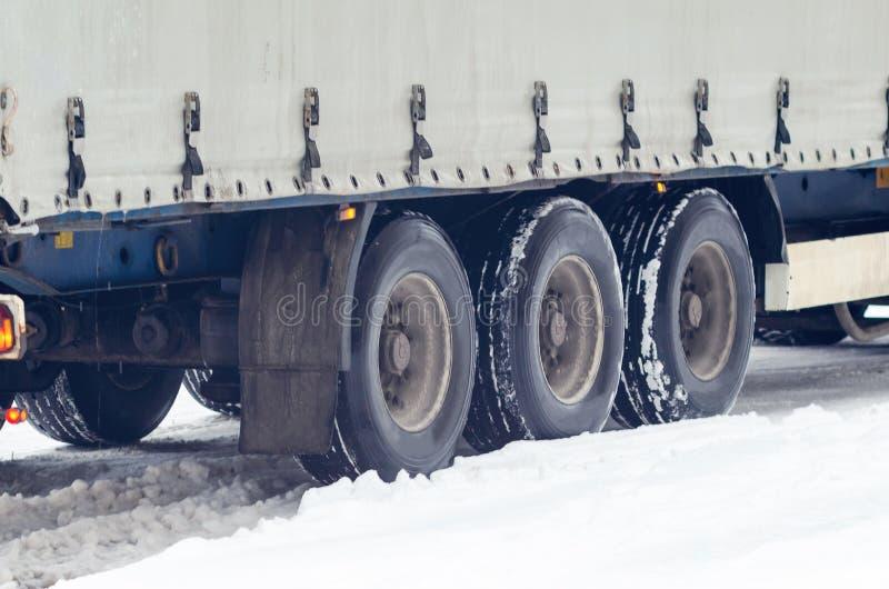 Wielen van een grote vrachtwagen op een sneeuwweg stock foto's