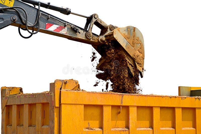 Wielgraafwerktuig en stortplaatsvrachtwagen met witte achtergrond, wielgraafwerktuig in bouwwerf, grond royalty-vrije stock fotografie