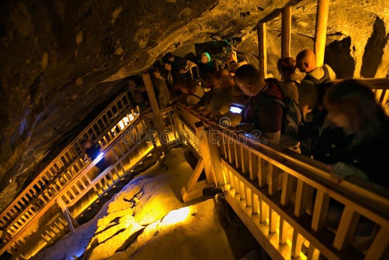 WIELICZKA, ПОЛЬША - 28-ОЕ МАЯ 2016: Туристы в солевом руднике Wieliczka стоковое изображение