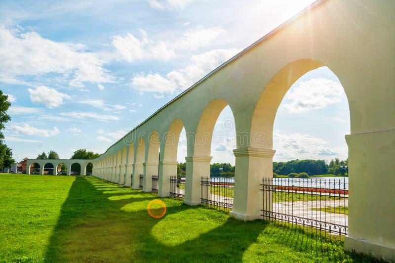 Wielij Nowogród, Rosja Arkada starożytnego podwórka Jarosława w letni słoneczny dzień w Wieliku Nowogrodzie obraz royalty free