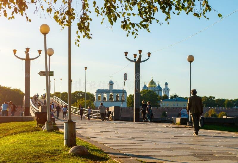 Wielij Nowogród, Rosja Kremlin park, katedra św. Zofii i piesi turyści w Wielichu Nowogrodzie fotografia royalty free