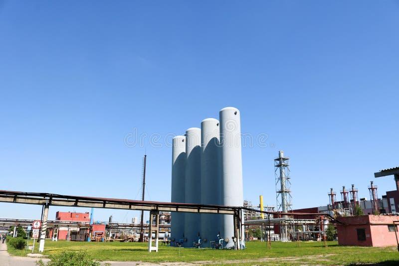 Wielka betonowa technologiczna przemysłowa instalacja przy chemiczną petrochemiczną rafinerią z capacitive drymbami pompami zdjęcie stock