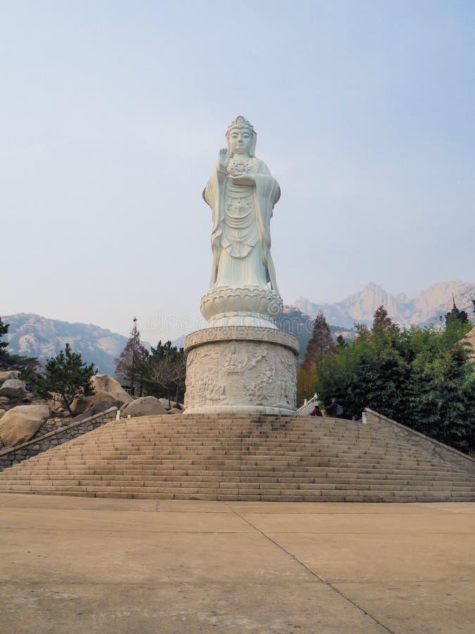 Wielka biała marmurowa statua Guayin bodhisattva przy Yanku scenicznym terenem zdjęcia stock