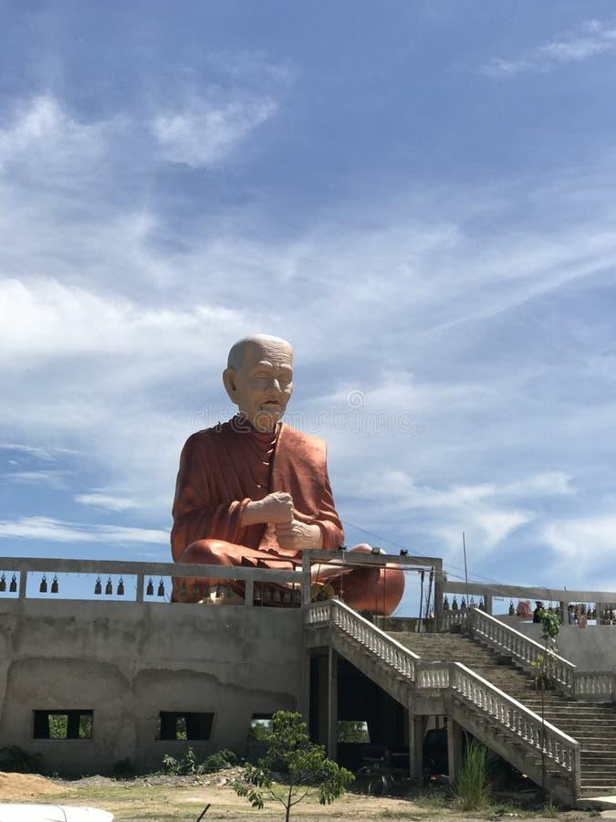 Wielka Buddha statua z niebem za zdjęcia stock