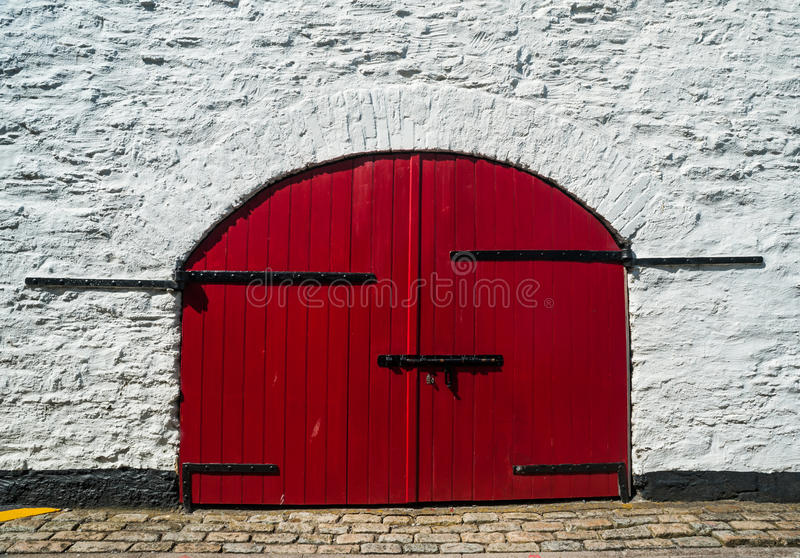 Wielka czerwona drewniana brama zdjęcia stock