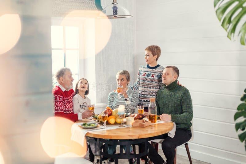 Wielka firma na wakacje rodzina docenia miłości i koncernu fotografia stock