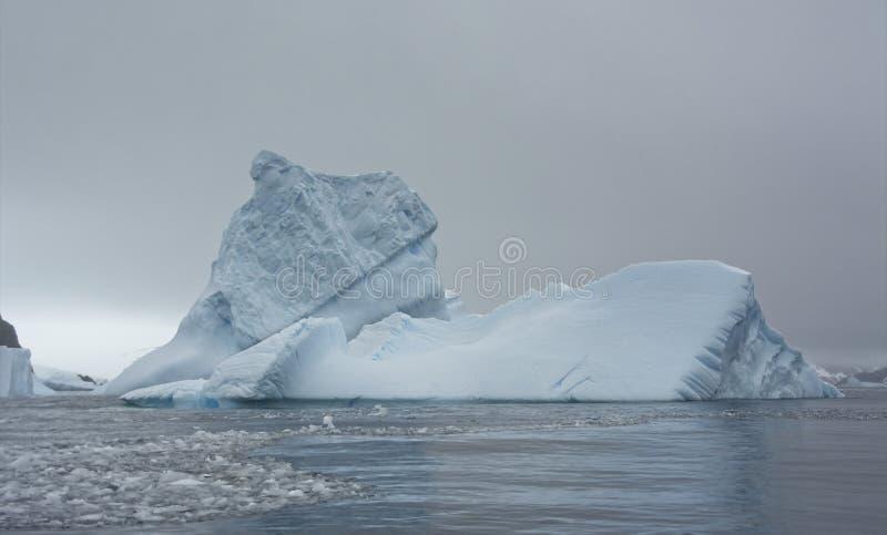 Wielka góra lodowa w Antarktycznym morzu zdjęcia royalty free