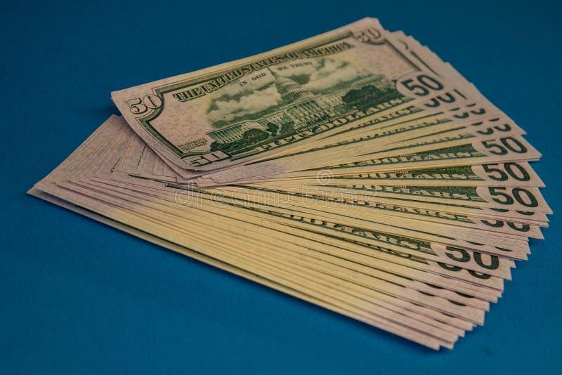 Wielka Gruba pieniądze rolka na błękitnym tle zdjęcia royalty free