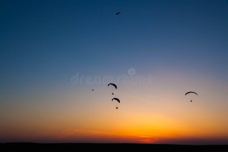 Wielka grupa paramotors dla zasilanego paragliding lata w niebie obrazy stock
