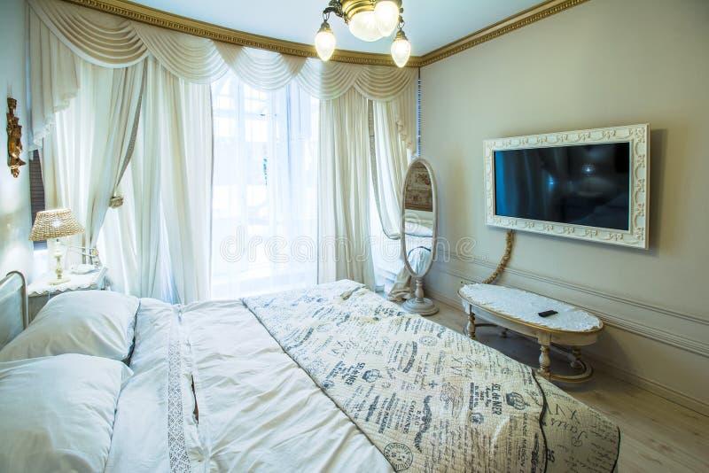 Wielka i piękna sypialnia zdjęcia royalty free