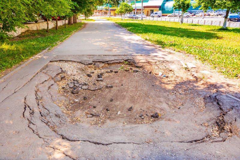 Wielka jama na asfaltowym bruku dla pedestrians obrazy royalty free