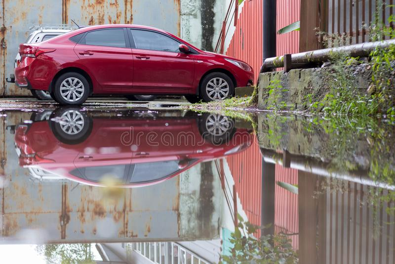 Wielka kałuża w podwórzu po deszczu obraz stock