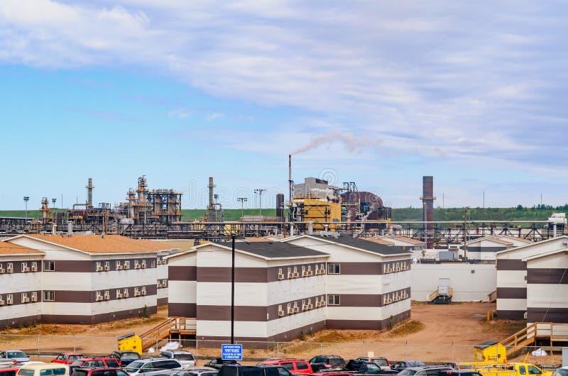 Wielka Kanadyjska rafineria ropy naftowej w tle, parkuje w przedpolu, dymienie drymby obraz stock