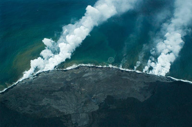 wielka lawa wyspy powietrznej spełnia strzał oceanu fotografia stock