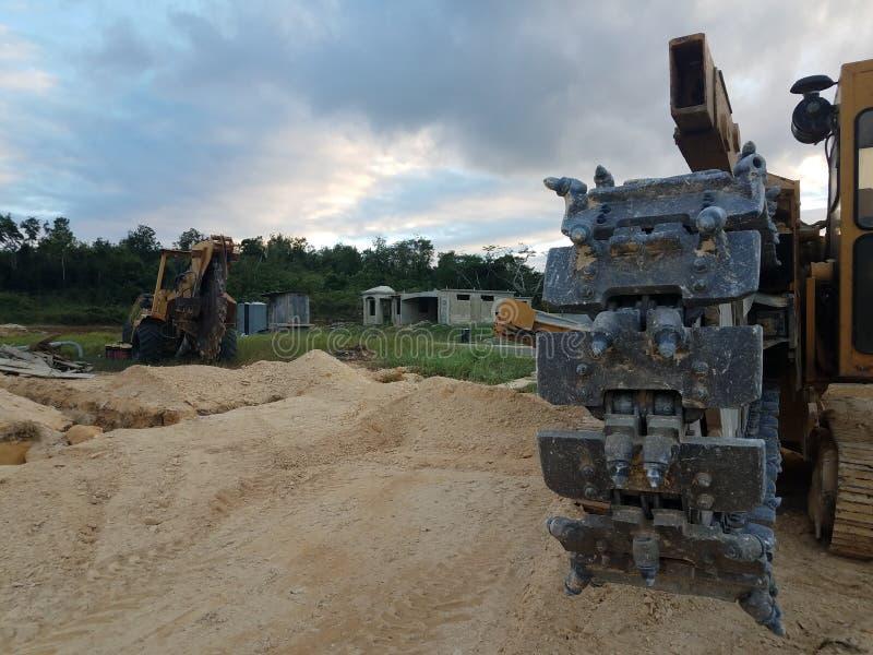 Wielka maszyny budowa która kopie przykopy w Puerto Rico w domu obraz stock