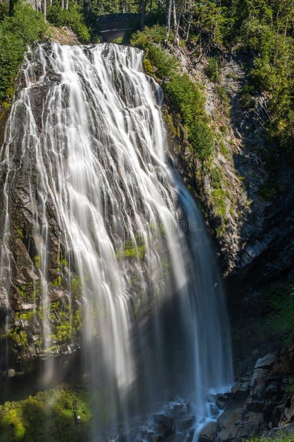 Wielka opadowa siklawa fotografująca na długim ujawnieniu tworzyć zamazanego ruch woda Narady siklawa zdjęcie royalty free