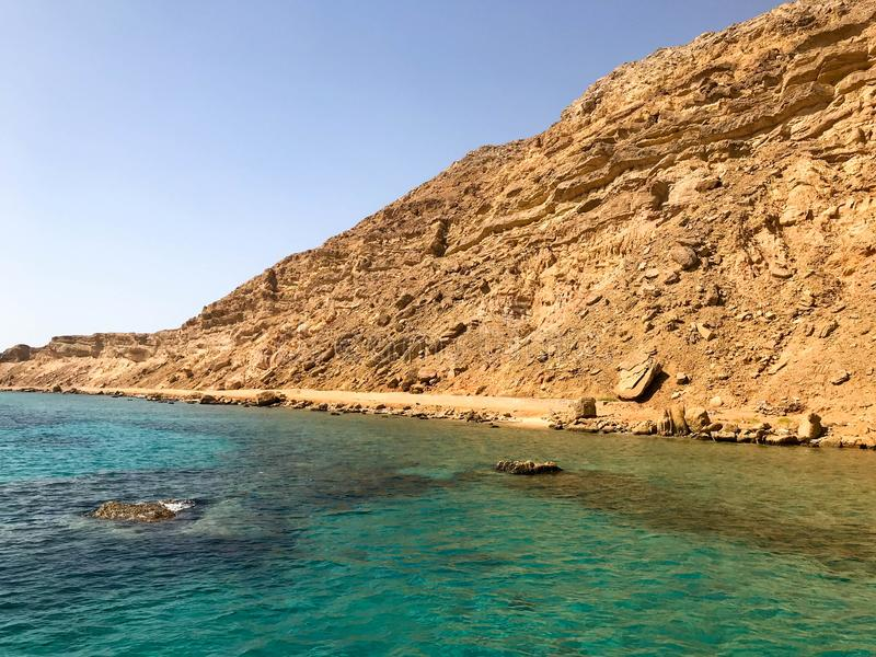 Wielka piękna majestatyczna kamienna piaskowata góra, kopiec, wzgórze, wzgórze w pustyni przeciw niebieskiemu niebu i sól zieleni obraz stock
