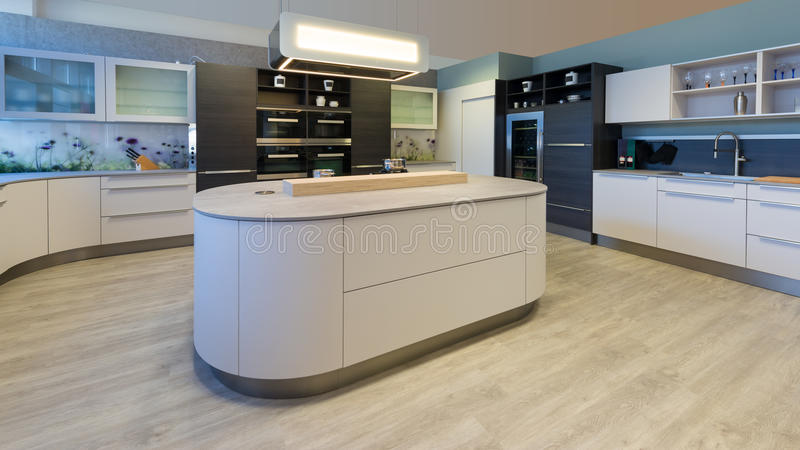 Wielka projektant kuchnia z wyspa zaokrąglającymi kątami zdjęcie stock