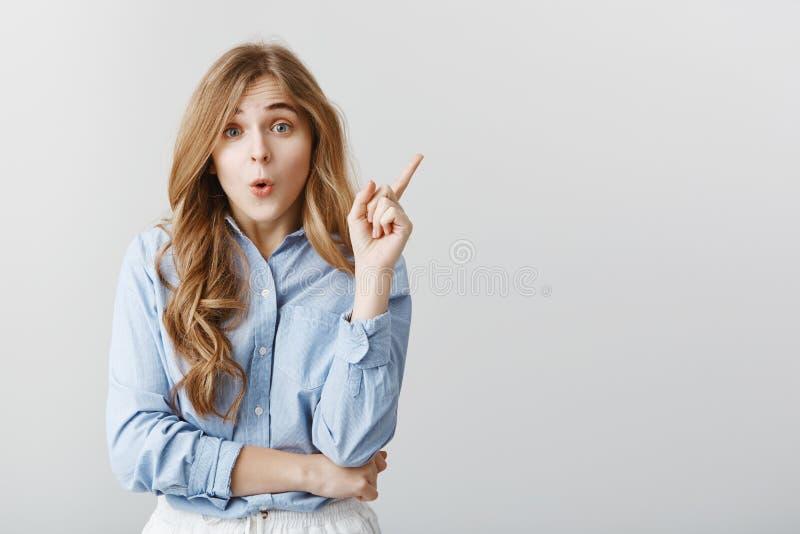 Wielka propozycja przychodził dziewczyna umysł Pracowniany portret atrakcyjny kreatywnie europejski żeński dźwiganie palec wskazu zdjęcia royalty free