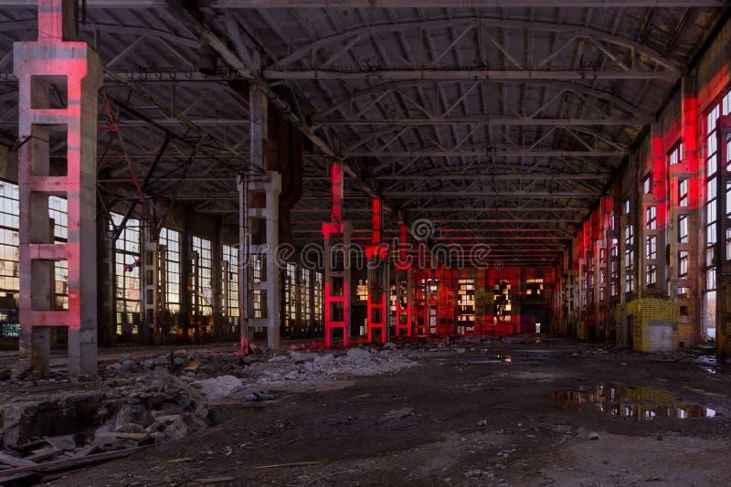 Wielka przemysłowa sala iluminująca czerwonymi światłami Zaniechana Voronezh ekskawatoru roślina obraz royalty free