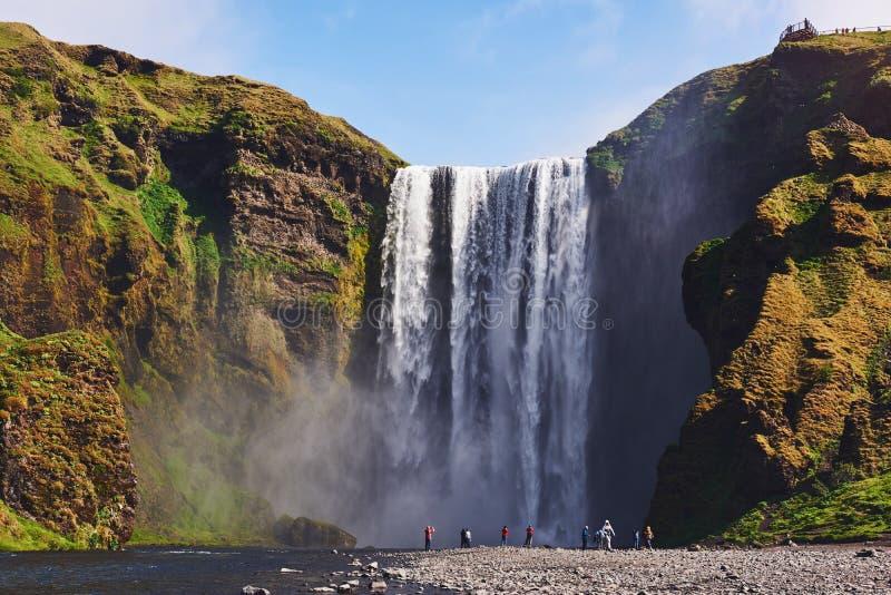 Wielka siklawa Skogafoss w południe Iceland blisko miasteczka Skogar Dramatyczna i malownicza scena zdjęcia stock