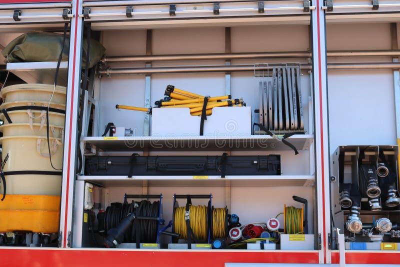 Wielka specjalna czerwień z błękita ogienia samochodem, silnik ratować ludzi z otwartymi stronami i gasić wyposażeniem, pożarnicz obrazy royalty free