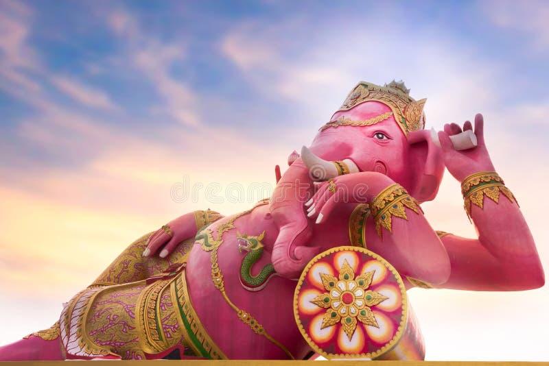 Wielka statua różowy Ganesha jest bogiem Hinduski co znani i uwielbiających najwięcej bóstw w Hinduskim panteonie fotografia royalty free