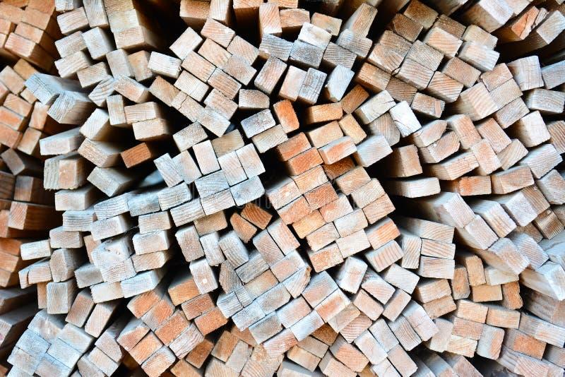 Wielka sterta drewno wsiada w tarcica jardzie zdjęcia stock