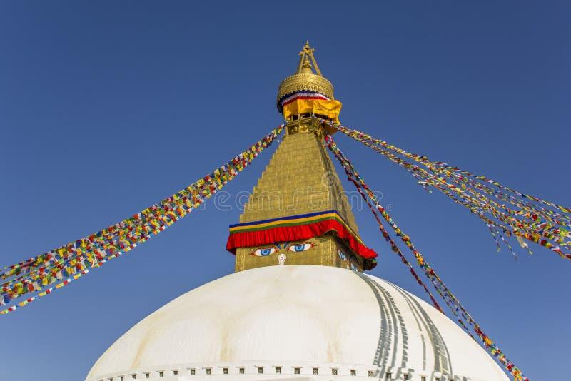 Wielka Tybetańska Buddyjska stupa w światowym Bodnath w Kathmandu z kolorową modlitwą zaznacza i ono przygląda się przeciw tłu fotografia royalty free
