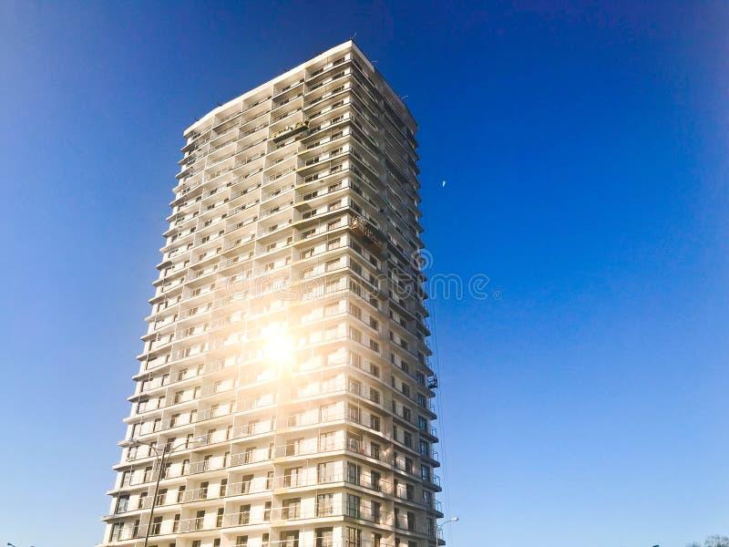 Wielka wysokość wzmacniający beton, panel, monolitowa rama, bloku dom, budynek, drapacz chmur, nowy budynek z świeceniem fotografia stock