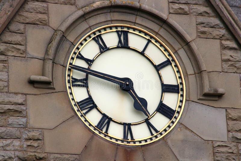 Wielka zegarowa twarz w kamiennej ścianie budynek fotografia stock