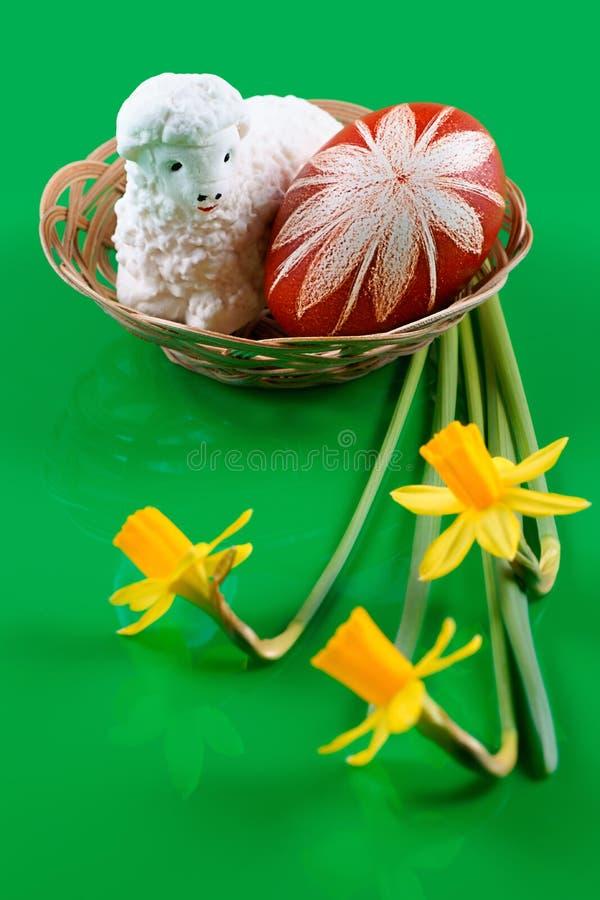 Wielkanoc, baranek z cukrowym i Wielkanocnym jajkiem zdjęcia stock