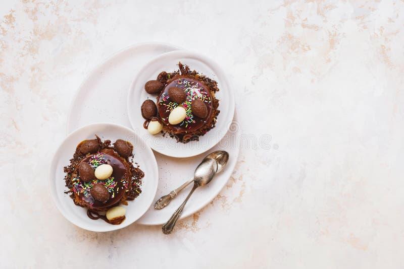 Wielkanoc gniazdowy czekoladowy tort dekorujący z czekolad jajkami i kędziorami zdjęcia stock