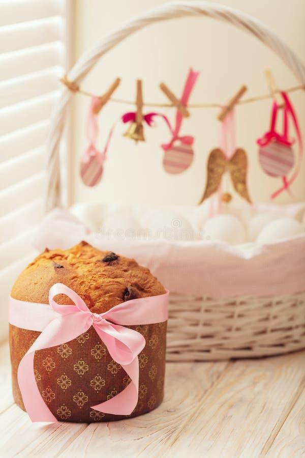 Wielkanoc kosz z, tort i obraz royalty free