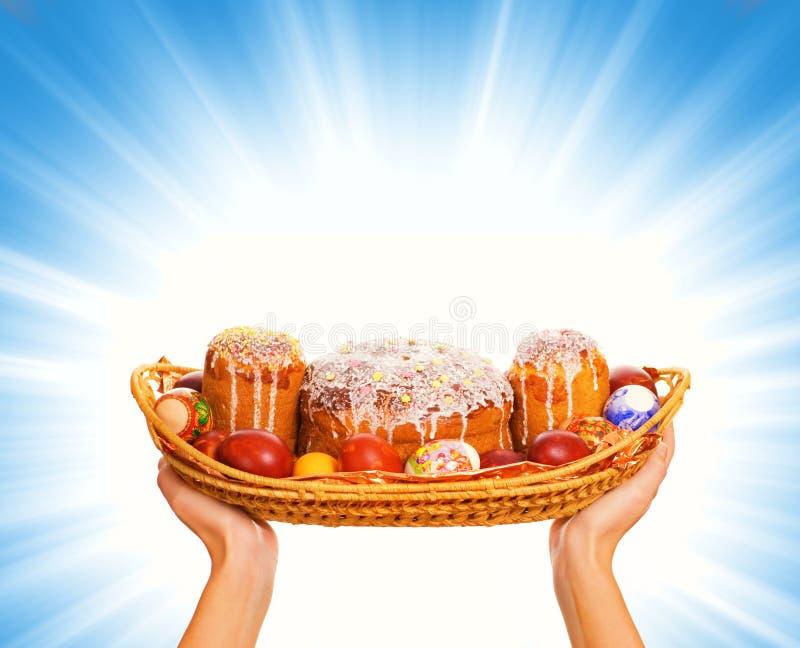Wielkanoc koszykowi jajka pełne zdjęcia royalty free