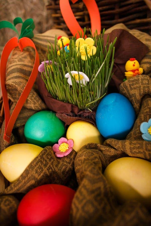 Wielkanoc, królik, siano, Wielkanocny królik, Wielkanocny dekorować, jajka, Wielkanocni jajka, kosz fotografia royalty free