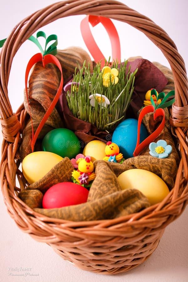 Wielkanoc, królik, siano, Wielkanocny królik, Wielkanocny dekorować, jajka, Wielkanocni jajka, kosz zdjęcia royalty free
