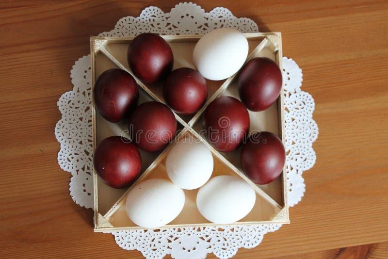 Wielkanoc malowa? jajka w kwadratowym drewnianym pude?ku na stole fotografia stock