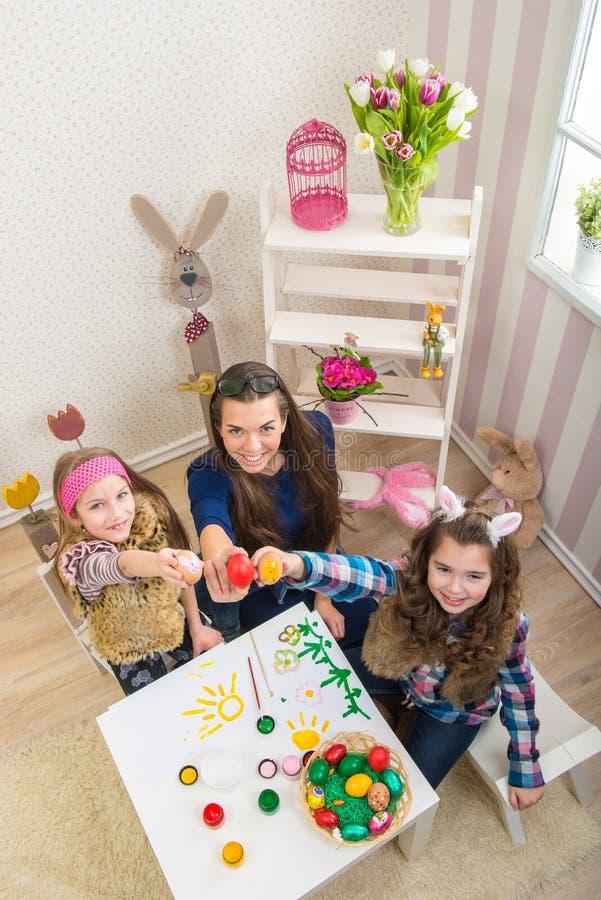 Wielkanoc matka i dwa córki w przygotowaniu do wielkanocy - obraz stock