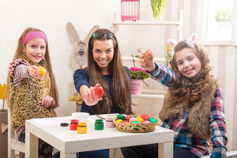 Wielkanoc matka i dwa córki w przygotowaniu do wielkanocy - zdjęcia royalty free